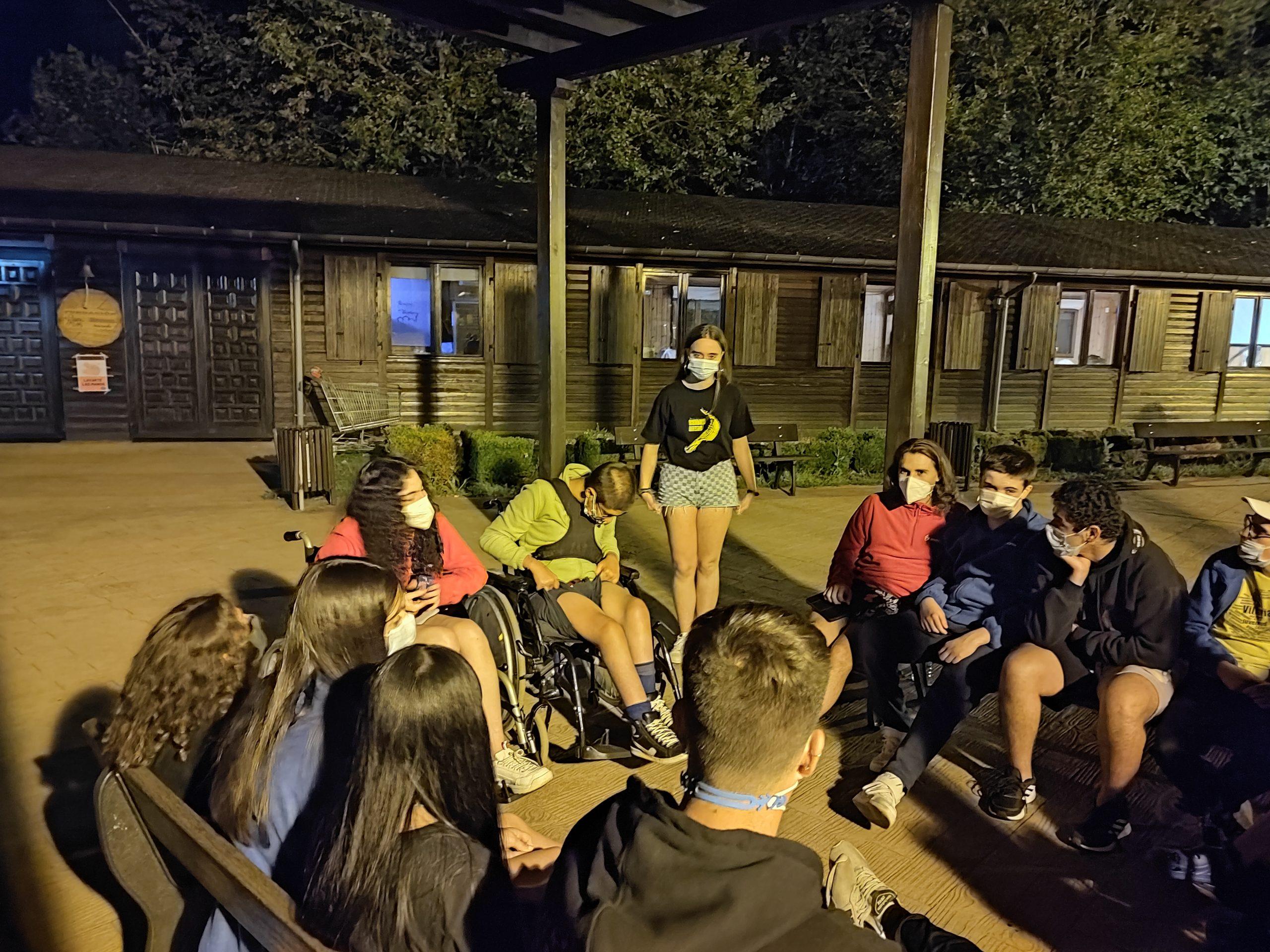 Participantes del campamento ASPAYM disfrutando de las actividades adaptadas